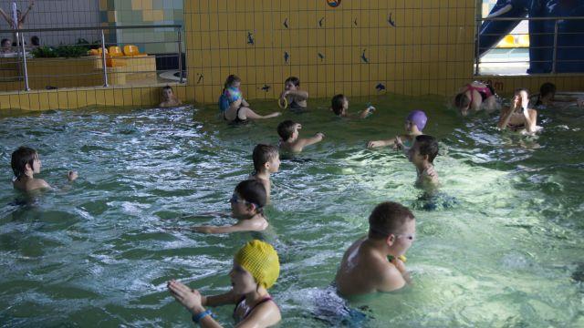 Oglądasz obraz z artykułu: Klasy czwarte na basenie